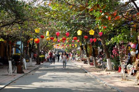 都市環境、徒歩、自転車、輪タク路上との友好国文化遺産、古代家の人々 旅行ホイアン旧市街ホイアン、ベトナム南-2016 年 2 月 17 日: グループ、ベ