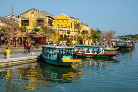 ホイアン、ベトナム南-2016 年 2 月 17 日: 人々 のグループ旅行、都市環境、ホアイ川、ベトナム行ボートで旅行者に優しい国文化遺産、古代の家ホイ