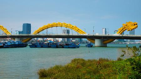 ダナン、ベトナム南-2016 年 2 月 18 日: 栄橋もクロス巻き建築家、ベトナム ダナン市のシンボルと漢江竜橋を名前します。