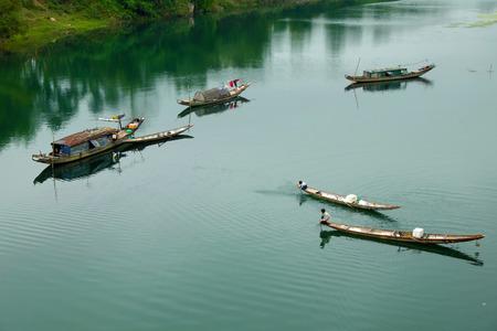 クアンビン田園地帯、漁村、川に浮かぶ行ボートのグループの日ベトナムで美しい風景ベトナムの貧しい人々 のために働く漁師としてライブや水に