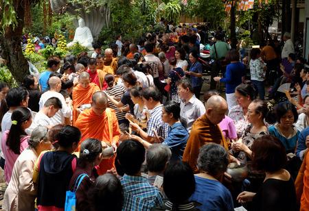 sotana: HO CHI MINH, VIET NAM DE MAYO DE 21 de, 2016: actividad de la religión en el templo budista en la celebración del cumpleaños de Buda, el grupo de monjes Asia caminar a pedir limosna, la cultura tradicional del budismo, Vietnam Editorial