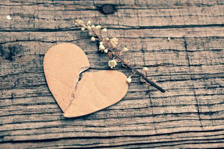 Divorcio fondo con el corazón roto y el mensaje en madera, infeliz matrimonio y el adulterio problema de hacer la vida el estrés, la sociedad en cuestión forma de vida moderna