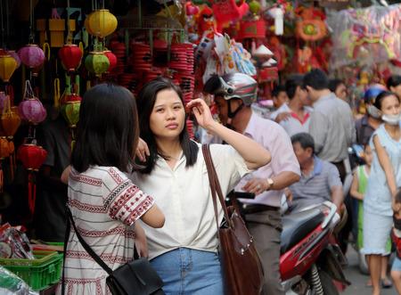 ホーチミン市、ベトナム南-2016 年 9 月 13 日: グループのベトナム訪問半ば秋祭りがいっぱい月、ベトナムの子どもたちに伝統文化のランタンを購入