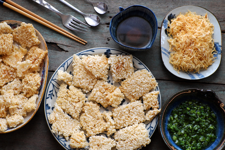 plato del buen comer: Vietnamese street food, fried dried rice with pork floss, with popular name is com chay cha bong, a tasty snack food, woman hand process at home to ensure food safety Foto de archivo