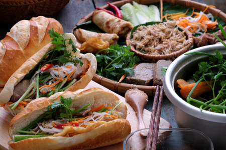 La nourriture vietnamienne célèbre est banh mi thit, nourriture populaire de la rue à partir de pain farci de matières premières: porc, jambon, patates, oeufs et herbes fraîches comme écharpes, coriandre, carottes, concombres, piments.