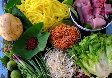 手作りのベトナム料理 Mi クアン ダラット、黄色の麺として原料と麺の種類は乾燥エビ、豚肉、カラフルな成分から野菜