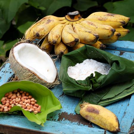 自家製デザート、バナナ クリーム、この食事を作る原料のベトナム甘い食べ物、熟したバナナ、ココナッツ ミルク、ピーナッツ、牛乳、コプラ 写真素材