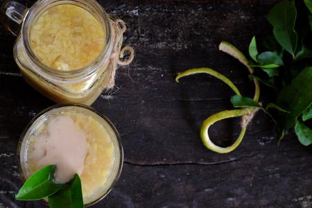 Cibo vietnamita per dessert, che buoi o pompelmo pappa dolce, una zuppa dolce popolare ricava dalla scorza di frutta a scaglie con fagiolo verde, latte di cocco e zucchero Archivio Fotografico - 86957349