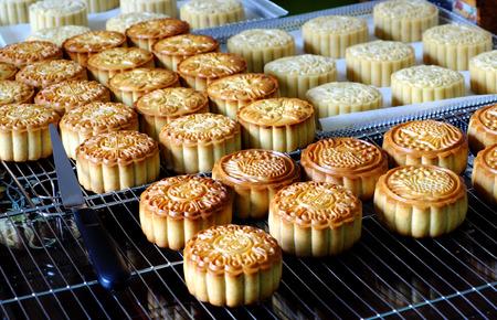 自宅の中旬の秋祭りの月餅を行う、甘いのグループ ホーム魅力的でおいしい自家製製品で食品の安全性を多くの主婦をベーキング トレイにケーキし 写真素材