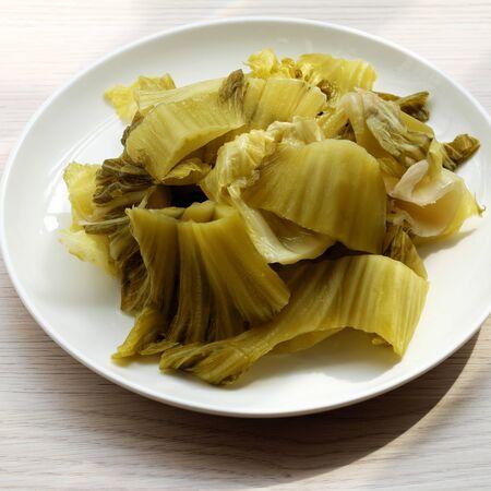 Teller mit hausgemachtem Essen, saurem Senf oder saurem Gemüse auf weißem Hintergrund aus der Draufsicht Standard-Bild