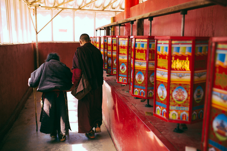Sichuan Larong Wuming Buddhist College, the back of monks and old people Stock fotó