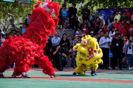 gules: The lion dance