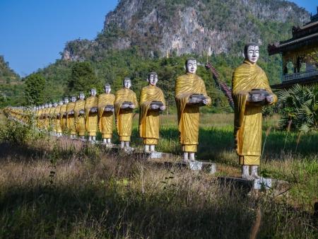 limosna: 500 Estatuas de monjes budistas caminando limosna recogida