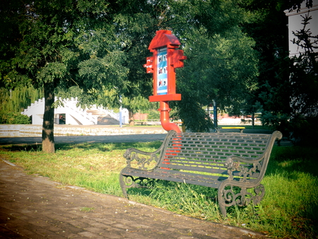 with no one: In the afternoon, there was no one on the park bench. Stock Photo
