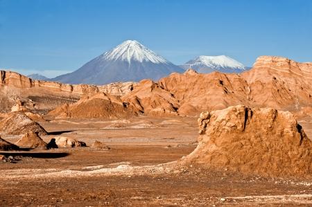 Volcanoes Licancabur und Juriques, Moon Valley, Atacama, Chile Standard-Bild - 20916113