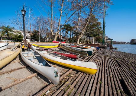 Das Parken von Pkws in El Tigre, einer Stadt in der Mündung des Rio de la Plata, Provinz Buenos Aires, Argentinien