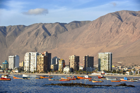 Iquique behind a huge dune, northern Chile, Tarapac Region, Pacific coast, west of the Atacama Desert and the Pampa del Tamarugal Standard-Bild