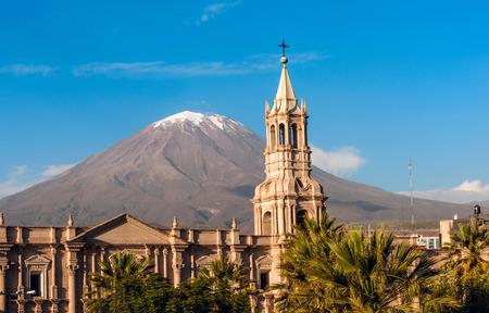 火山エル ミスティ南ペルーのアレキパのアレキパはアレキパにあるアンデス山脈の国の二番目に人口の多い都市市街を望む