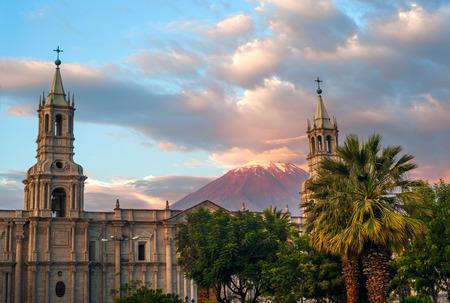 火山エル ミスティは、ペルー南部のアレキパ市内を一望できます。アレキパは、国の 2 番目の最も人口の多い都市です。アレキパにあるアンデス山