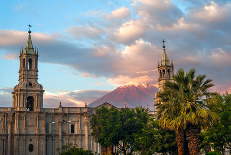 Volcano El Misti overlooks the city Arequipa in southern Peru. Arequipa is the second most populous city of the country. Arequipa lies in the Andes mountains Standard-Bild
