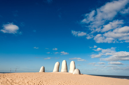 Hand Sculpture, the symbol of Punta del Este, Uruguay Standard-Bild