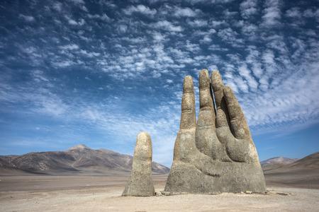 真野・ デ ・ デシエルトはチリのアタカマ砂漠に位置する手の大規模な彫刻