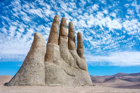 Antofagasta, 6 aprile: piogge nel deserto di Atacama lavato via i graffiti dal Mano scultura di Desert (Mano de Desierto) - 6 aprile 2014, nel deserto di Atacama vicino Antofagasta, Cile Editoriali
