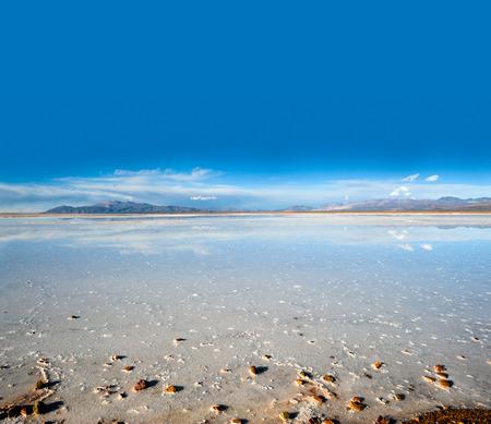 desierto: Salinas Grandes en Argentina Andes es un desierto de sal en la Provincia de Jujuy. M�s significativamente, Bolivas Salar de Uyuni tambi�n se encuentra en la misma regi�n
