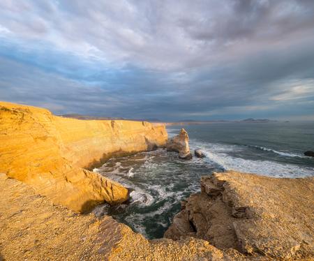 portada: Cathedral Rock Formation, Peruvian Coastline, Rock formations at the coast, Paracas National Reserve, Paracas, Ica Region, Peru Stock Photo