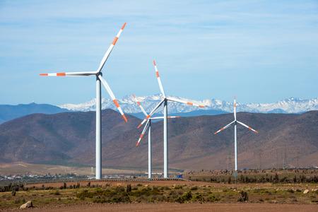 viento: Parque eólico (español: eolico parque) en las regiones mineras de Atacama y Coquimbo, norte de Chile Foto de archivo