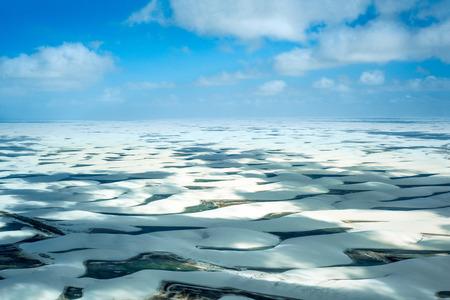 青色と緑色のラグーンと大規模な離散の砂丘で覆われて、ブラジル、レンソイス Maranhenses 国立公園、低、フラット、浸水土地の空撮