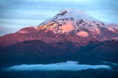 エクアドルの強大な火山カヤンベの夕日