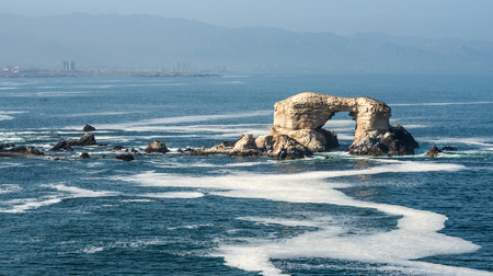 Portada (アーチ) 岩形成、チリの海岸線、ラ Portada 国立保護区, アントファガスタ, チリ