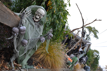 Boston, Massachusetts, USA – October 21, 2009: skeletons and pumpkins decorated ordinary houses for Halloween in New England Standard-Bild - 127212647
