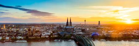 Cologne panorama bij zonsondergang