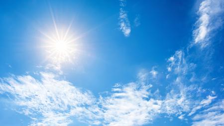 Zon en blauwe lucht