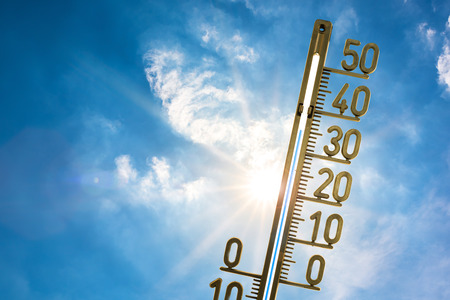 Thermometer with bright sun and blue sky 版權商用圖片 - 81121828