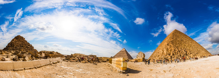 Panorama de la zona con las grandes pirámides de Giza, Egipto