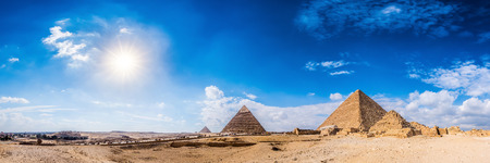 Panorama da área com as grandes pirâmides de Gizé, no Egito