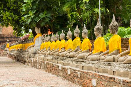 bouddha: Statues de Bouddha au Wat Yai alignés Chaimongkol, Ayutthaya, Thaïlande.