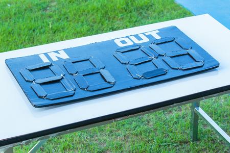 adentro y afuera: Cabo en el signo de sustituci�n de f�tbol o el partido de f�tbol.