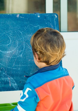 niño jugando y pintura en una pizarra  Foto de archivo - 1575365