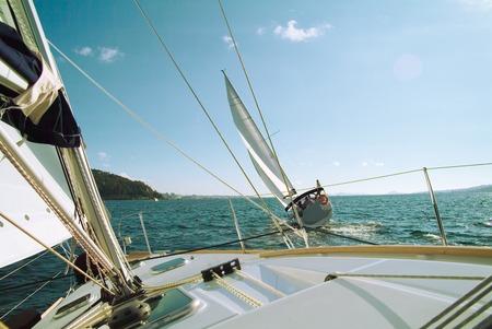 yachten: Schiffe und Rennen mit Bergen vor