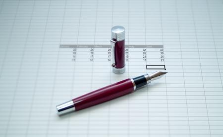 correspondencia: lápiz rojo sobre una hoja de calc de enero a junio  Foto de archivo