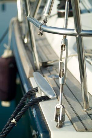 pulley: poleas y cables de un yate atracado