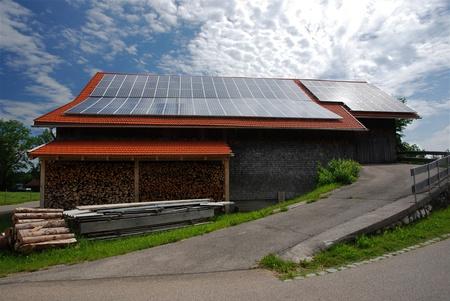 deutschland: Solardach auf Scheune in Bayern, Deutschland Stock Photo