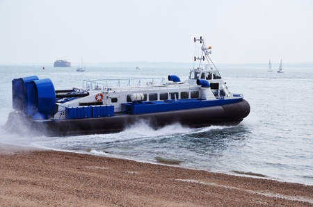 aéroglisseur: Hovercraft lors du départ de la plage