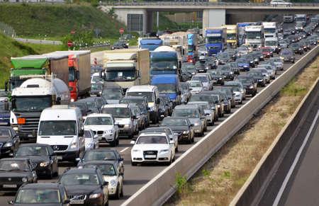hetzen: Staus auf mehrspurigen Autobahn