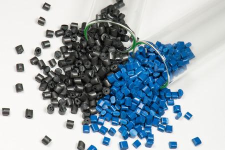 Blauwe en zwarte polymeerpellets in reageerbuizen Stockfoto