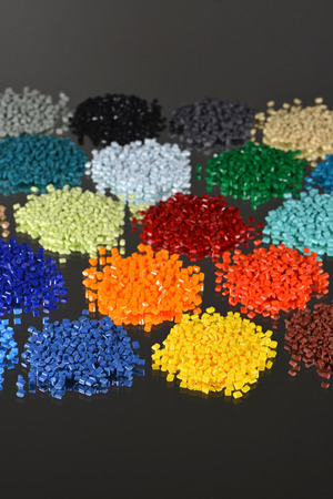 industrie: dyed polymer resin in lab for injection moulding process